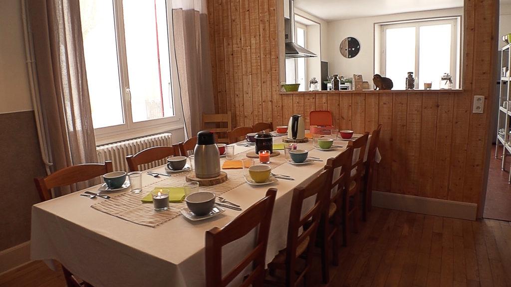 coin repas ouvert sur cuisine